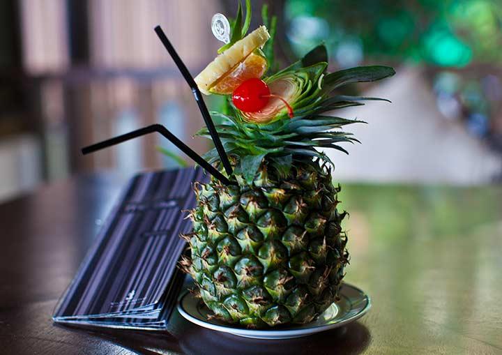 Коктейль в ананасе тоже очень вкусный и тропический - Роял клифф бар фото