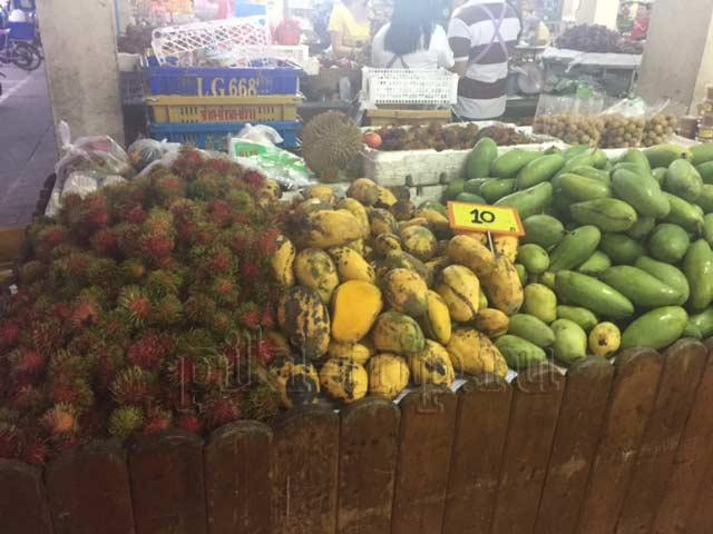 зеленый манго на рынке ват бун. На фото манго справа