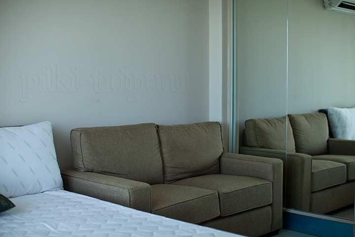 лагуна бич студия - рядом с кроватью диван и шкаф-купе