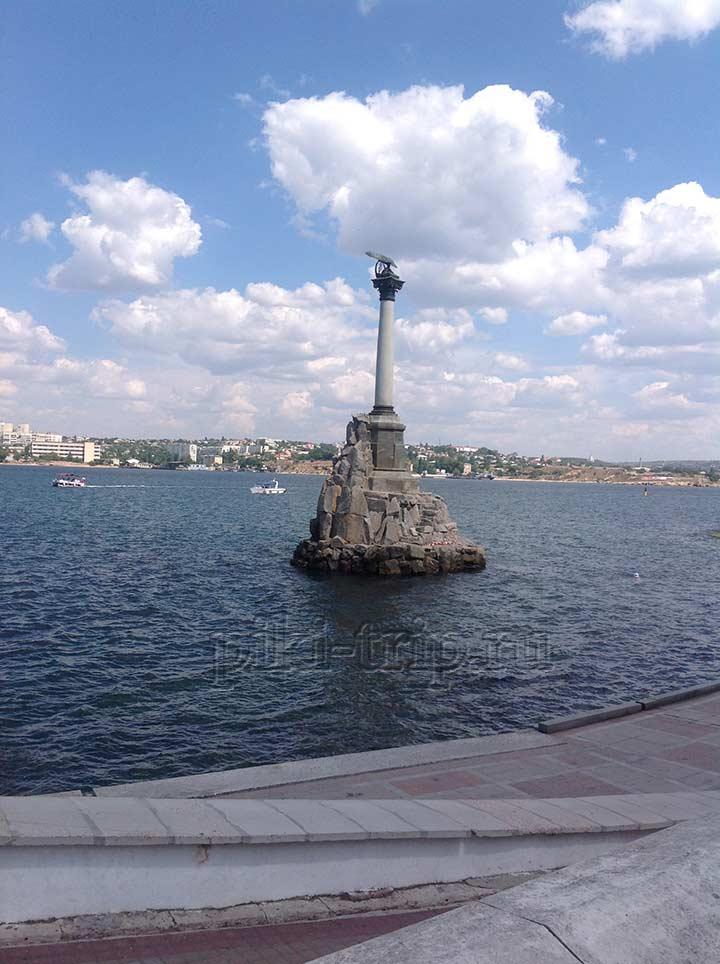 Памятник затопленным кораблям (фото)