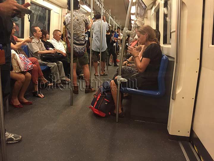в метро ( подземном) народу немного, давки никакой нет