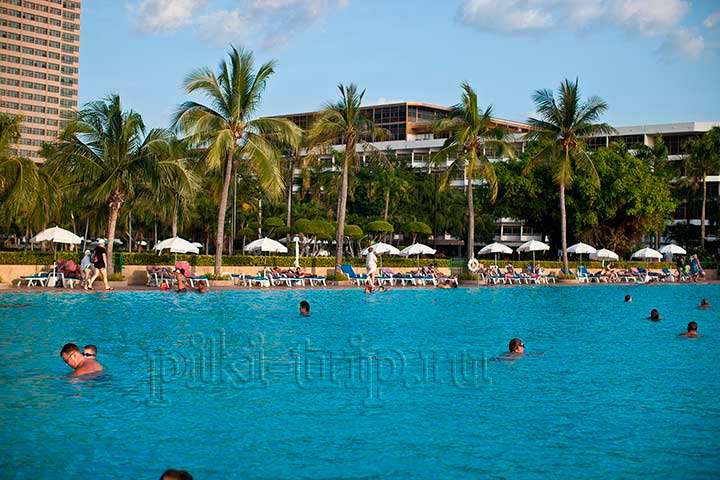 бассейн отеля Амбассадор у моря. Фото