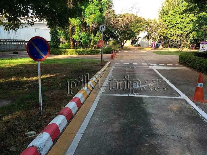 парковка у бордюра, нужно встать ровно по желтой линии