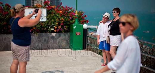 туристы любят фотографироваться на смотровой у Адмирала