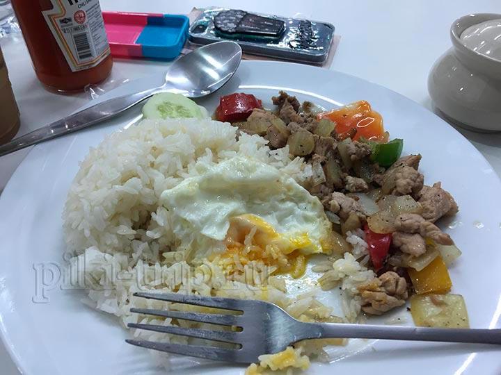 в меню полно разных блюд, почти все на основе риса, но все приличное и вкусное:)