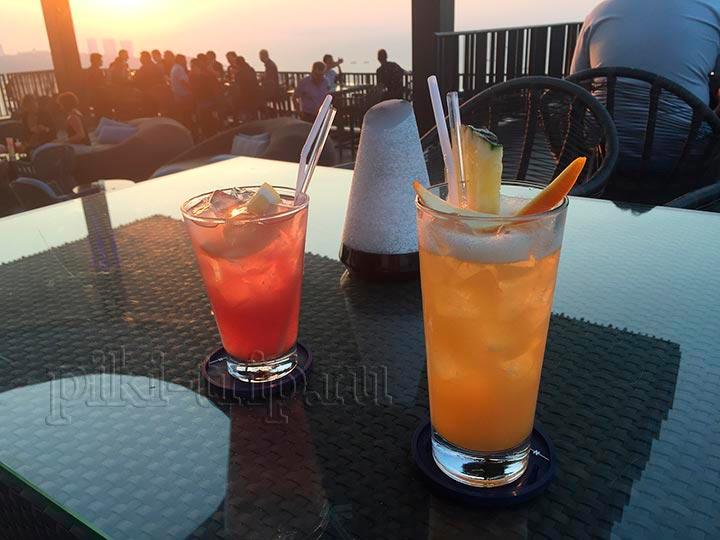 коктейли - май тай и си бриз в баре Хилтона