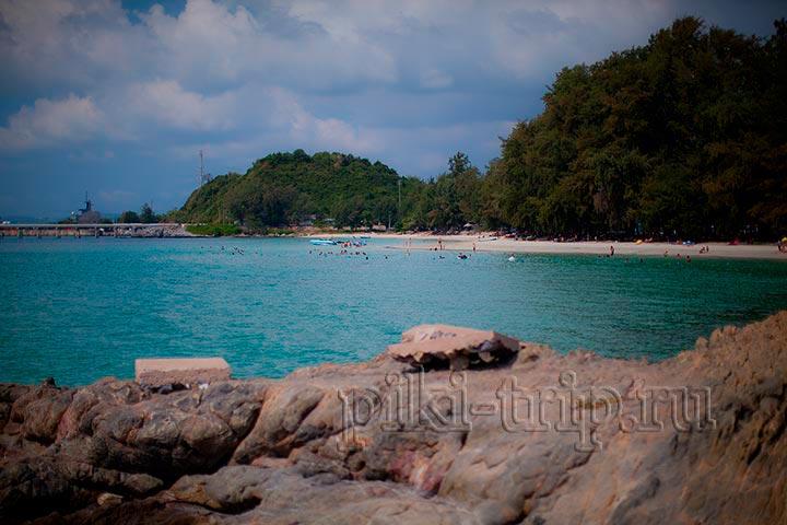 первая часть пляжа, ближняя к въезду самая загруженная