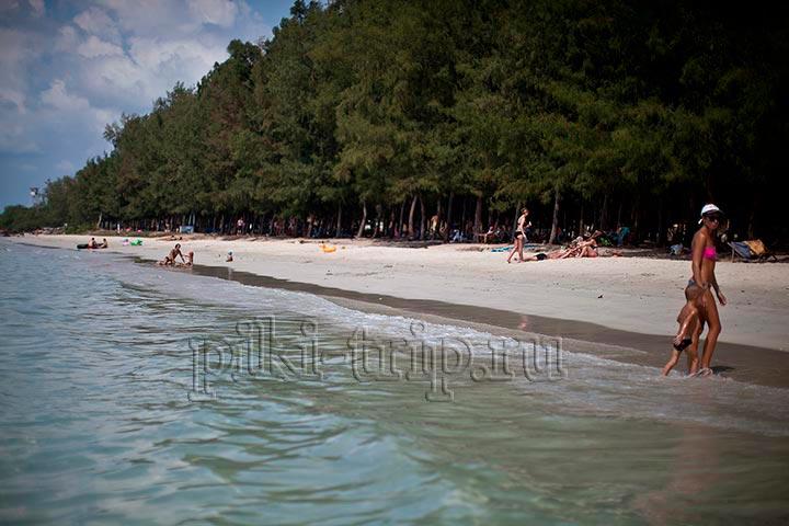 вторая часть Хат Нанг Рам со стороны моря. Как видите, лес очень близко к берегу, а берег к морю, так что не нужно долго бежать по горячему песку в воду как на ближнем военном