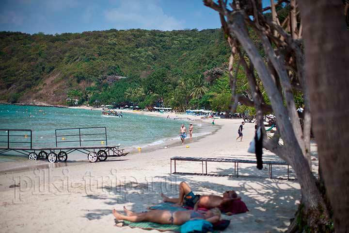 даже на самых уединенных пляжах Самета есть люди в январе