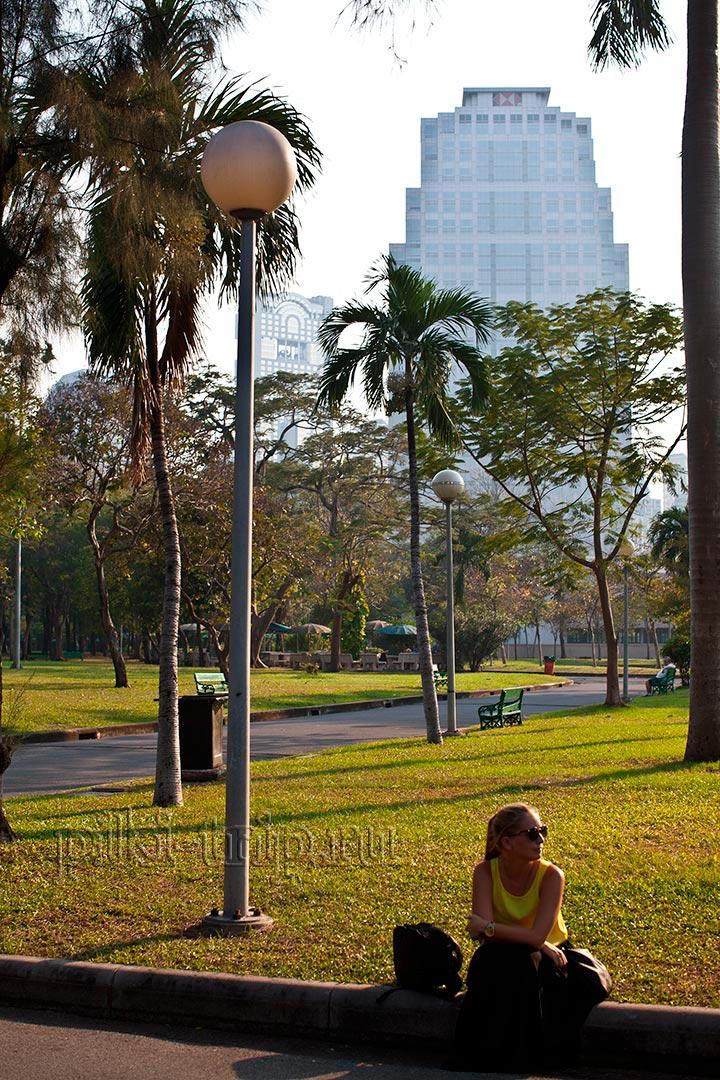 отдохнуть в теньке после прогулки по Бангкоку