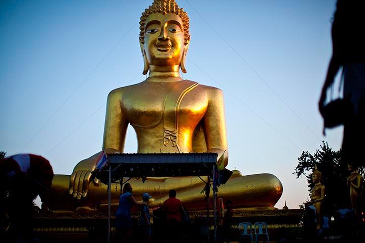 Большой Золотой Будда на холме Пратамнак фото