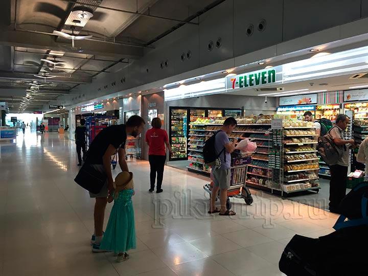 7/11 на фтором этаже аэропорта Суварнабхуми Бангкок