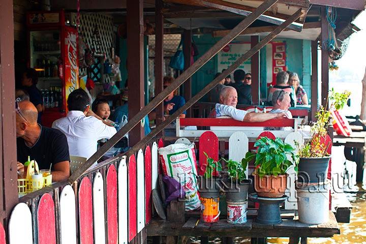 можно перекусить прямо на пирсе Та Тиен с видом на храм Ват Арун и реку
