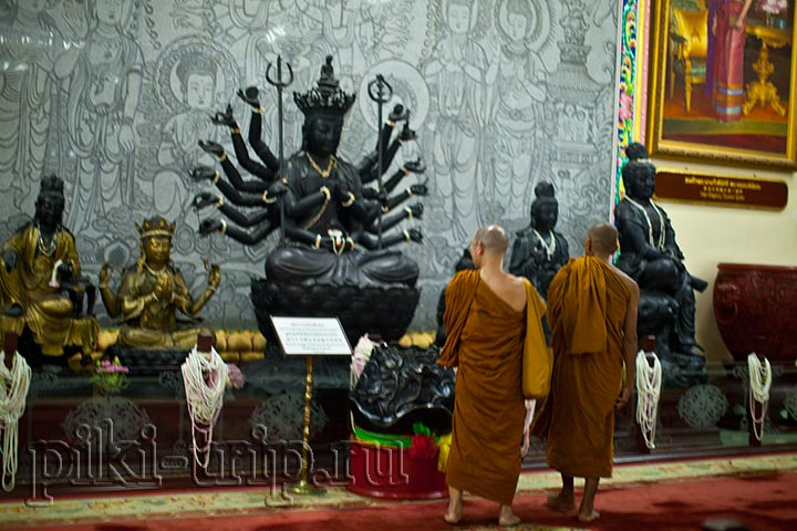 буддистские монахи тоже сюда приходят