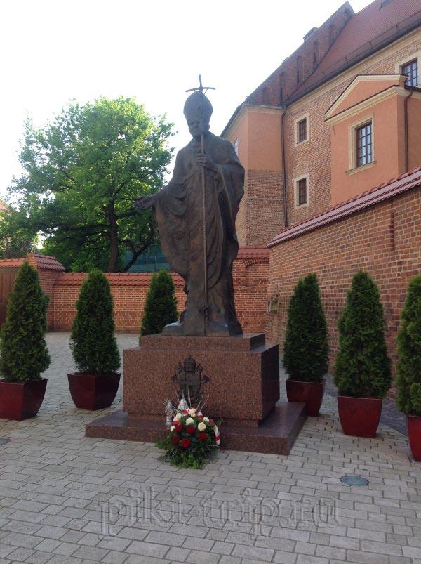 Статуя Папы Иоанна Павла II перед кафедральным собором в Вавеле (фото)