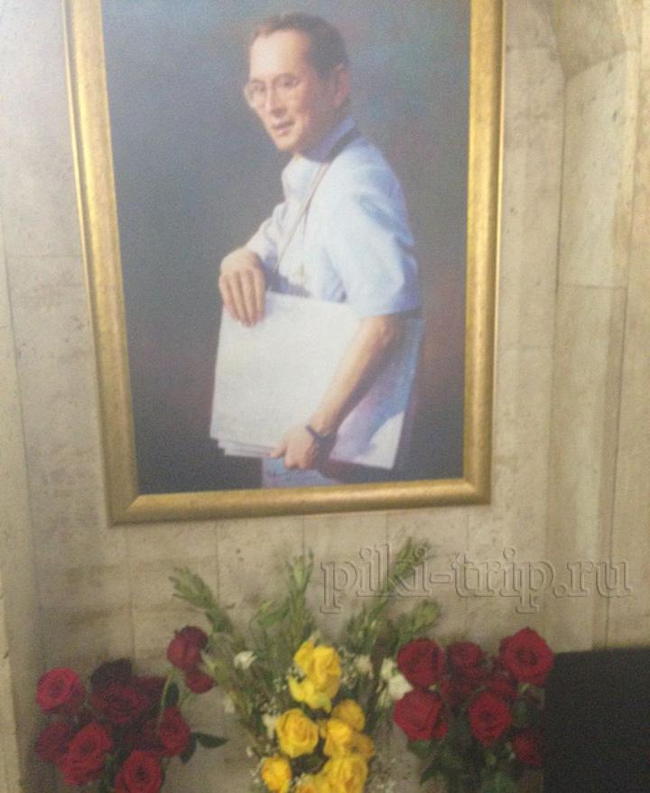 в посольстве Тайланда в Москве тоже траур по Королю