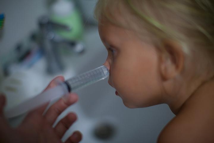 Как сделать солевой раствор для промывания носа ребенку в