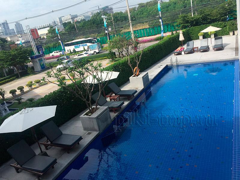 бассейн в отеле Трио