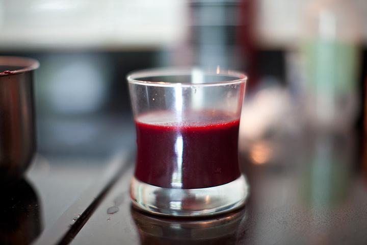 остается стакан сиропа из ежевики