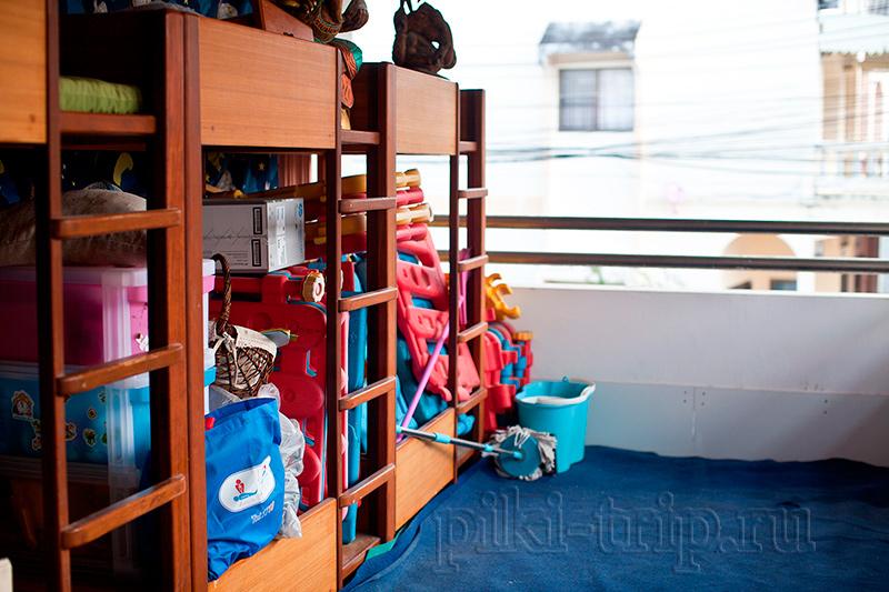 излишки кроватей, игрушек, закрыты на балконе на ключ