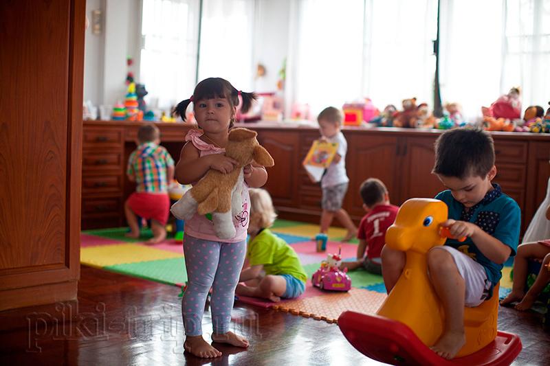 дети помладше в детском саду в Паттайе