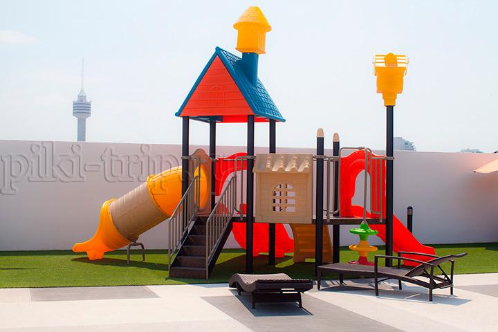 детская площадка у бассейнов на крыше