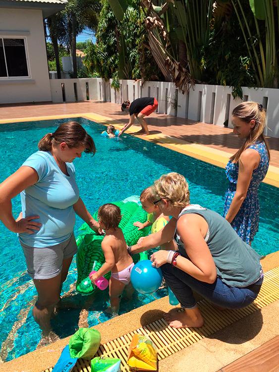 Купаем деток в бассейне