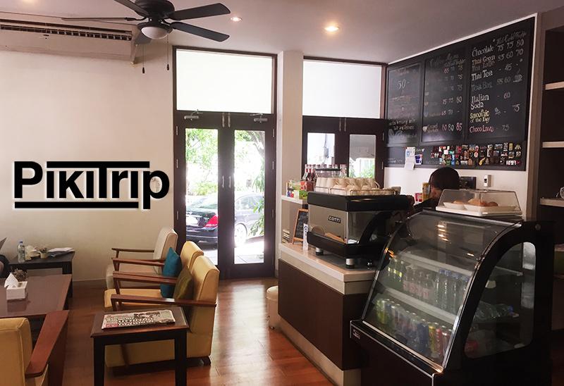 В приятной кофейне напротив главных ворот. У них также есть бесплатный вай фай, кофе, напитки и туалет