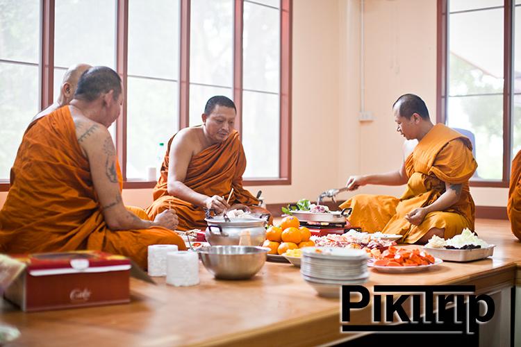 главный монах храма в центре