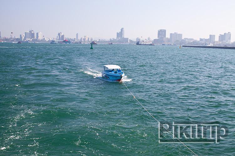 на тросе за нами плывет спидбот, когда много людей - тодва. На них развозят на острова
