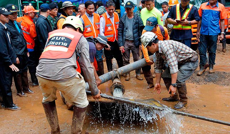 спасатели откачивают насосами воду из пещеры