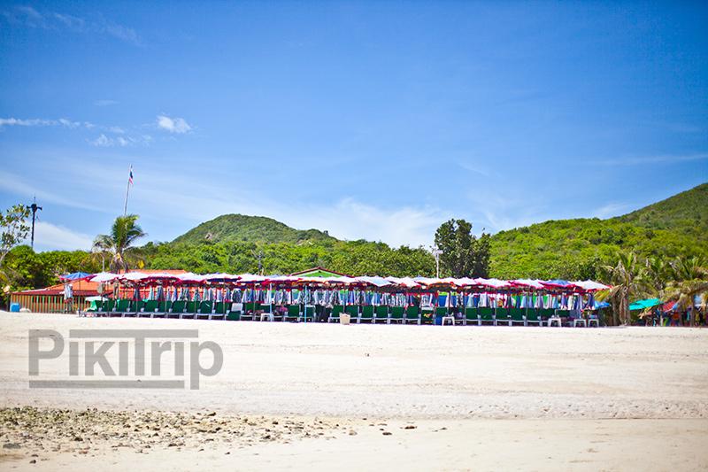 пляж Самае на Ко Лане. За зонтиками справа виден кусок отеля