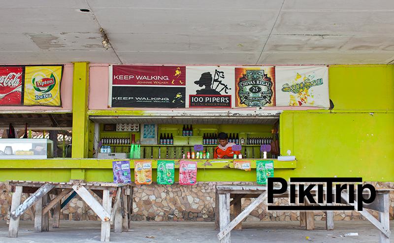 есть небольшая кафешка, где можно купить напитки и фрукты