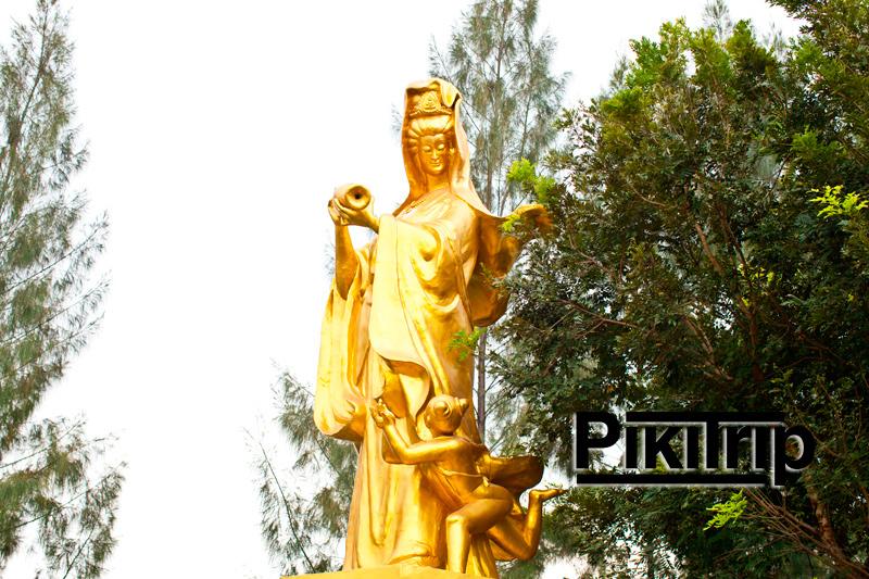 статуя богини Гуаньинь на территории