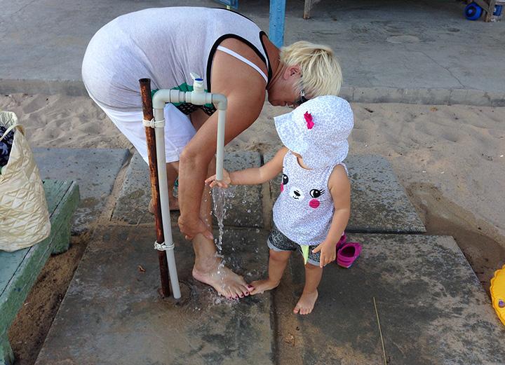 есть где помыть ножки от песка