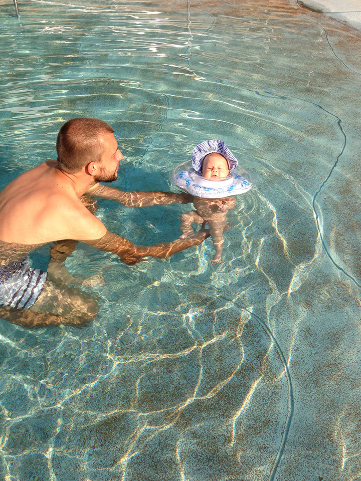 папа купает
