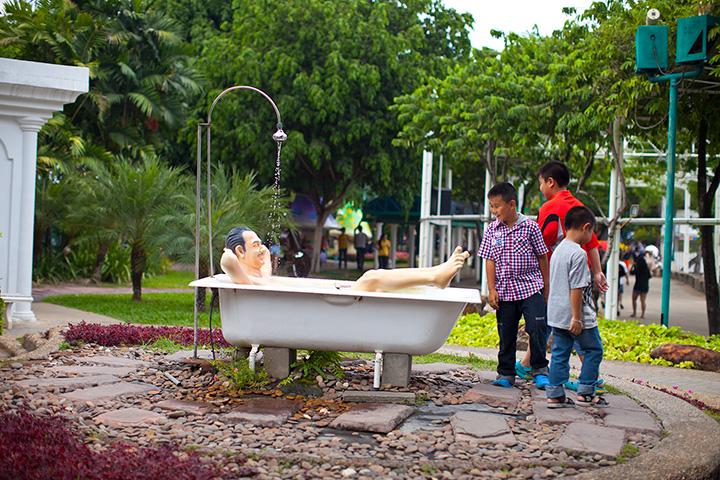 вот такой вот пловец валяется в ванной и любим публикой