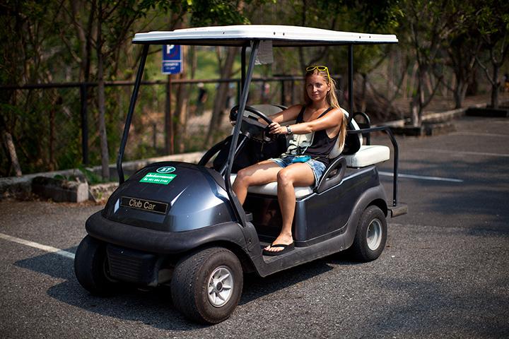 на гольф каре очень удобно перемещаться по кхао кхео