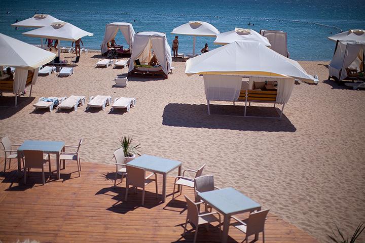 в жару с детьми только под навесом или зонтом. Пляж Лазурный берег в Евпатори