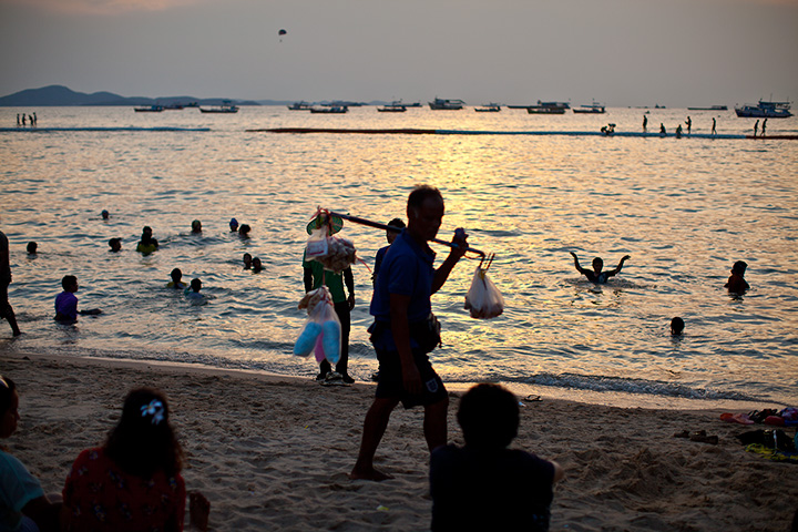 центральный пляж Паттайи вечером