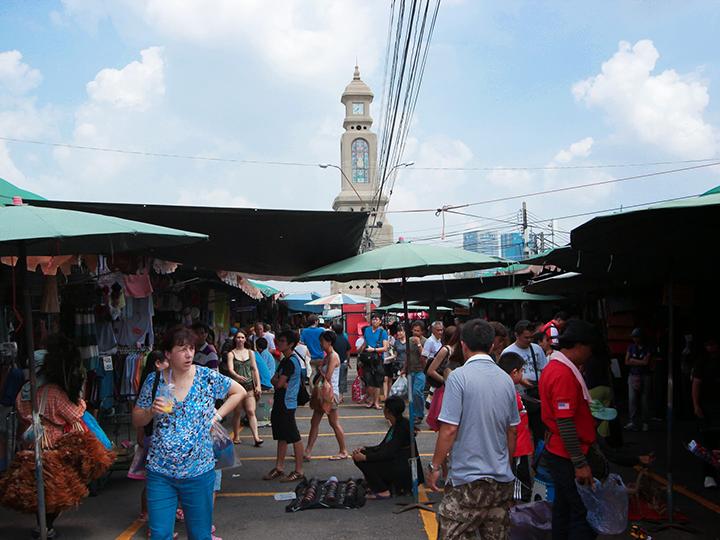 Башня с часами в центре рынка Чатучак в Бангкоке