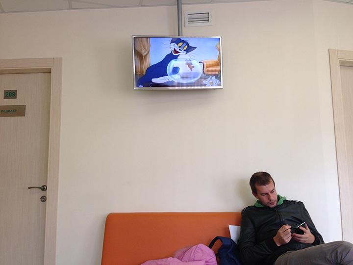 в педиатрии крутят мультики Том и Джерри