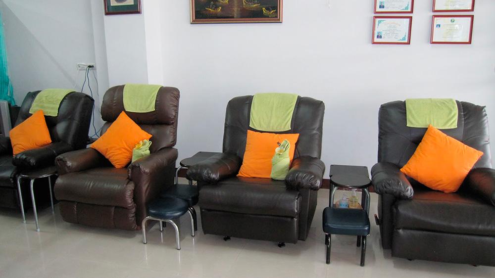 стандартные кресла с выдвигающейся подножкой или с табуреткой для массажа ног