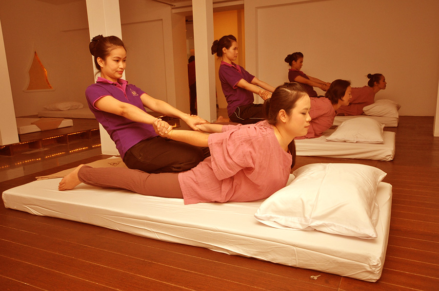 пример тайского масажа, который ВСЕГДА должен делаться в одежде, которую вам выдадут