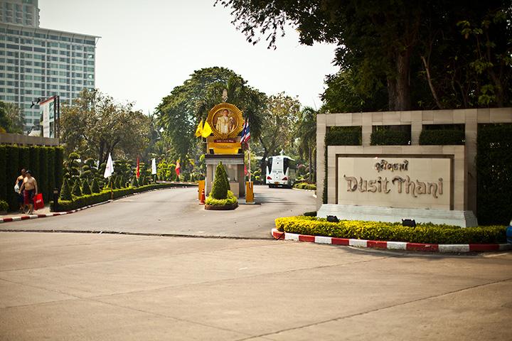 Расположен отель Dusit Thani очень удобно. В самом центре города - но нет никакого шума, а также от него во все стороны можно уехать тук-туком за 10 бат