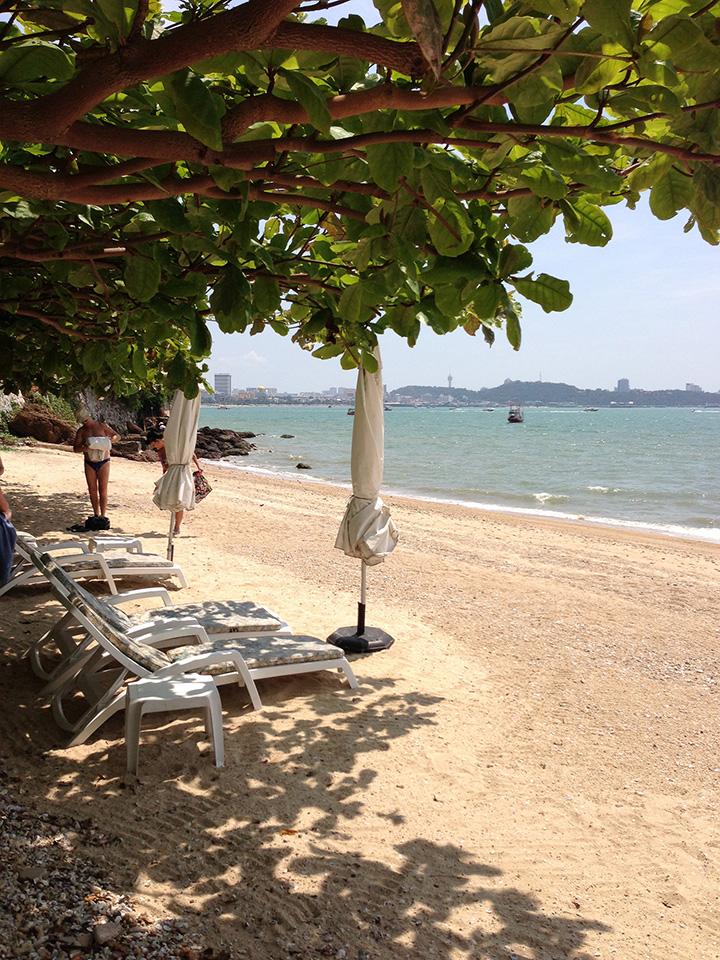пляж у отеля Dusit Thani -отличный и их 2, с обеих сторон отеля