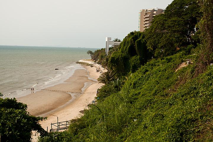 Так выглядит пляж отеля Роял Клиф в апреле. Зимой, в сезон, до волнорезов стоит вода
