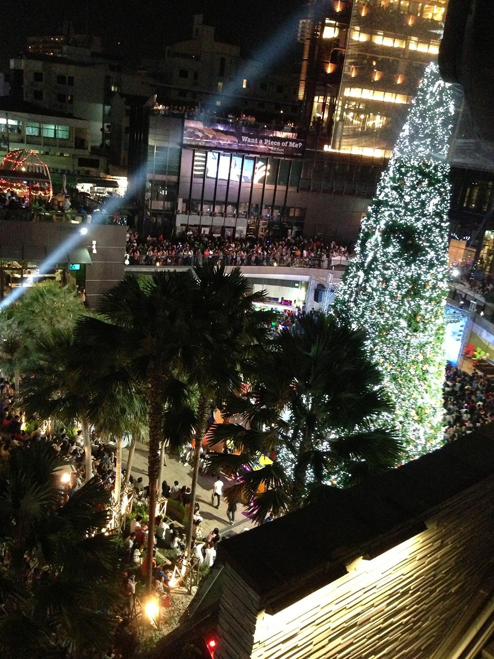 толпы народу в Новый год - еще один бесплатный вариант посмотреть салют - остаться на площадке у централ фестиваля