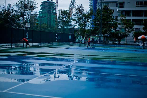 Иногда дождь не хочет кончаться, болл-бои только почистят корт от воды, как она снова льется с неба