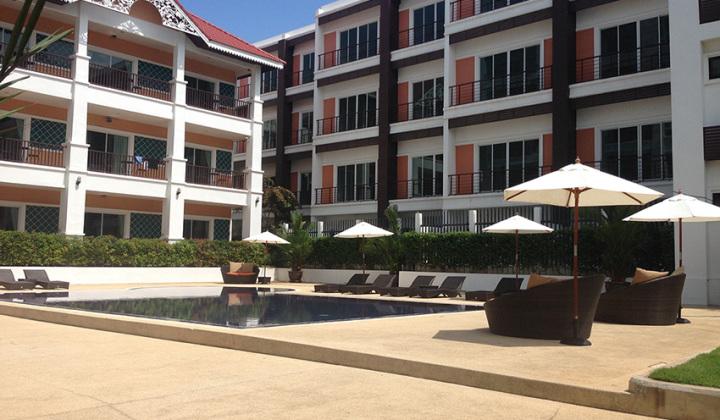 Внутренний дворик отеля, снято в солнечный денек. Территории кроме этой у отеля нет. Он городской отель.